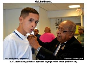 Rick Latiriuw krijgt Molukse vlag opgespeld door eerste generatie KNIL veteraan Bapa Mezak Bakarbessy