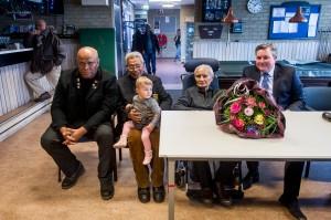 Molukse veteranen en achterkleinkind van Ririhena en loco-burgemeester(Wierden) Rick Schasfoort