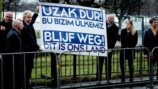 Wilders protesteert voor Turkse ambassade
